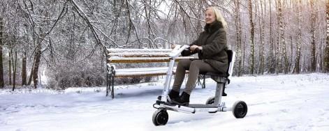 Frau auf dem Elektro-Scooter ATTO im Schnee