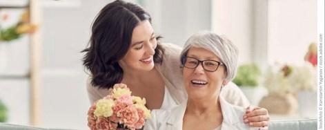Tochter überrascht Mutter mit Blumenstrauss